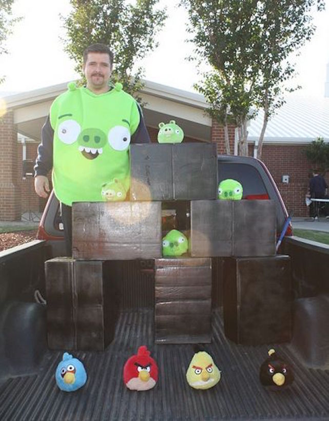 Turn the bed of your truck into an Angry Birds level for Halloween